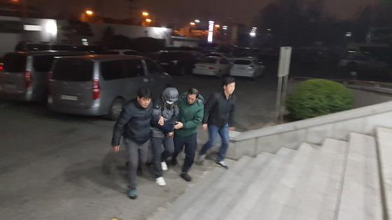실종된 고준희(5)양의 시신을 버린 혐의(사체유기)로 긴급체포된 친부 고모(36)씨가 29일 오전 전주 덕진경찰서에 들어서고 있다. 김준희 기자