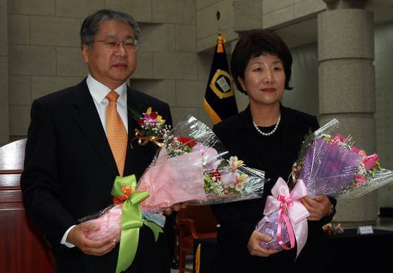 29일 퇴임식을 끝으로 6년의 임기를 마치는 김용덕 · 박보영 대법관. [중앙포토]