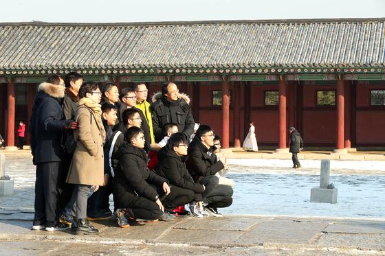 지난 21일 오후 서울 경복궁을 중국인 단체 관광객들이 기이드의 설명을 들으며 관람하고 있다. 장진영 기자