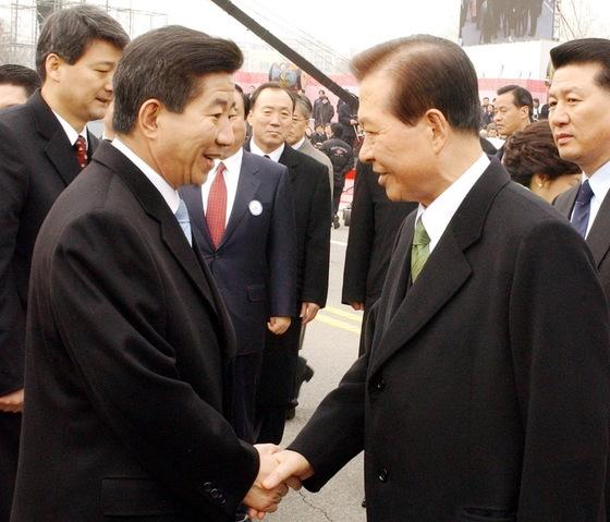 2003년 2월 25일 노무현 대통령이 국회에서 취임식을 마친 뒤 단하에 내려와 김대중 전 대통령을 환송하고 있다.[중앙포토]