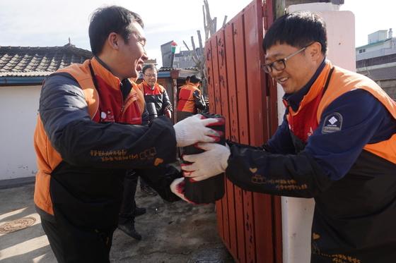 강원도시가스 구성원들이 사랑의 연탄나눔 봉사활동을 펼치고 있다. [사진 SK E&S]