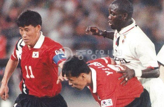 조지 웨아가 이탈리아 클럽 AC밀란 소속으로 뛰던 1996년 한국대표팀과의 내한 친선전에 나선 모습. [사진 이재형 축구자료수집가]
