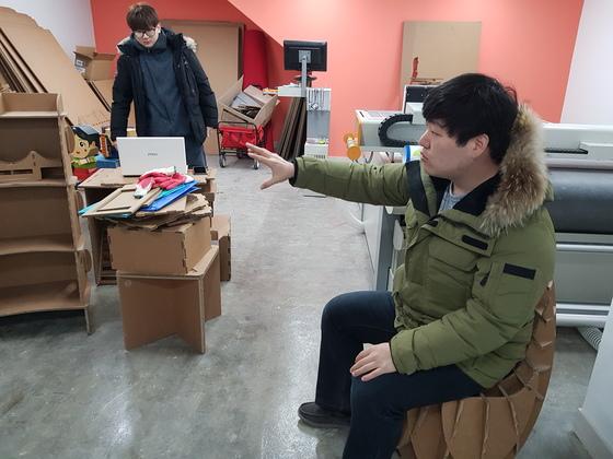 청년창조발전소 지하 1층에 입주한 유니온 키드의 김지필 대표가 골판지로 만든 가구를 설명하고 있다. 황선윤 기자