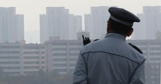지난달 8일 중국발 황사의 영향으로 서울 반포대교 위 도심이 뿌옇다. 우상조 기자