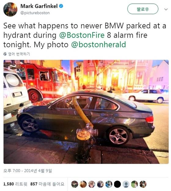 미국 사진작가 마크 가펑클이 찍은 2014년 보스턴 화재 현장의 사진. 소방관들이 소화전 앞에 불법주차된 고급 차량의 창문을 깨고 호스를 연결했다. 사진=마크 가펑클 트위터 캡쳐