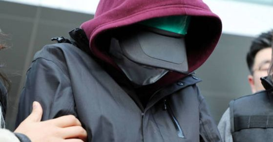 용인 일가족 살인사건 피의자 김모(35)씨의 아내 정모(32)씨가 지난해 11월 4일 오후 영장실질심사를 위해 경기도 용인시 용인동부경찰서를 빠져나오고 있다. [연합뉴스]