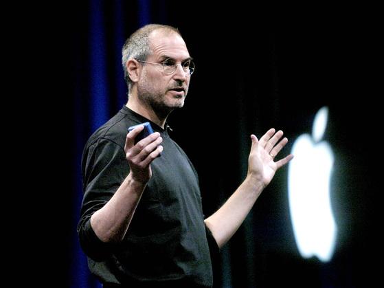 전 애플 최고 경영자(CEO) 스티브 잡스가 생전에 아이폰 발표 프레젠테이션을 하는 모습.  [중앙포토]