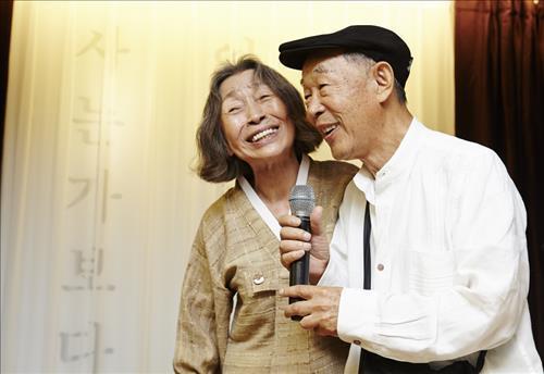 2015년 이병복 선생(왼쪽)의 출판 기념회에서 축하 인사를 하는 김정옥씨. [사진 청강문화산업대]