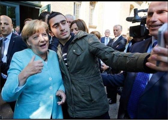 독일 베를린 난민보호소를 방문한 앙겔라 메르켈 총리와 '셀카'를 찍은 시리아 난민 모다나미. [트위터 캡처]