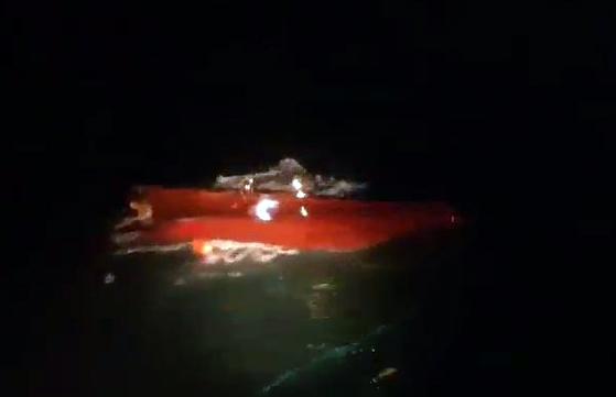 지난해 12월 31일 오후 제주시 추자도 남쪽 해상에서 전복된 채 발견된 203현진호의 모습. [사진 제주지방해양경찰청]