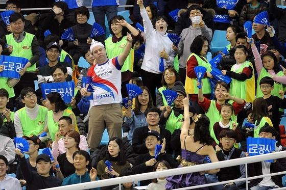 2017년 12월 31일 김천체육관에서 열린 흥국생명과 경기에서 도로공사를 응원하는 김천 팬들. [사진 한국배구연맹]