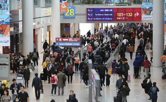 연말 연시를 맞아 인천공항이 여행객들로 붐비고 있다. 앞으로 비행기 수하물이 늦게 도착해도 소비자들은 배상을 받을 수 있다.[연합뉴스]