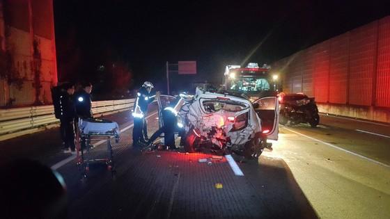 1일 경부고속도로 양산 부근에서 산타페 차량끼리 추돌 사고와 2차 사고까지 겹쳐 2명이 숨졌다. [사진 경남경찰청]
