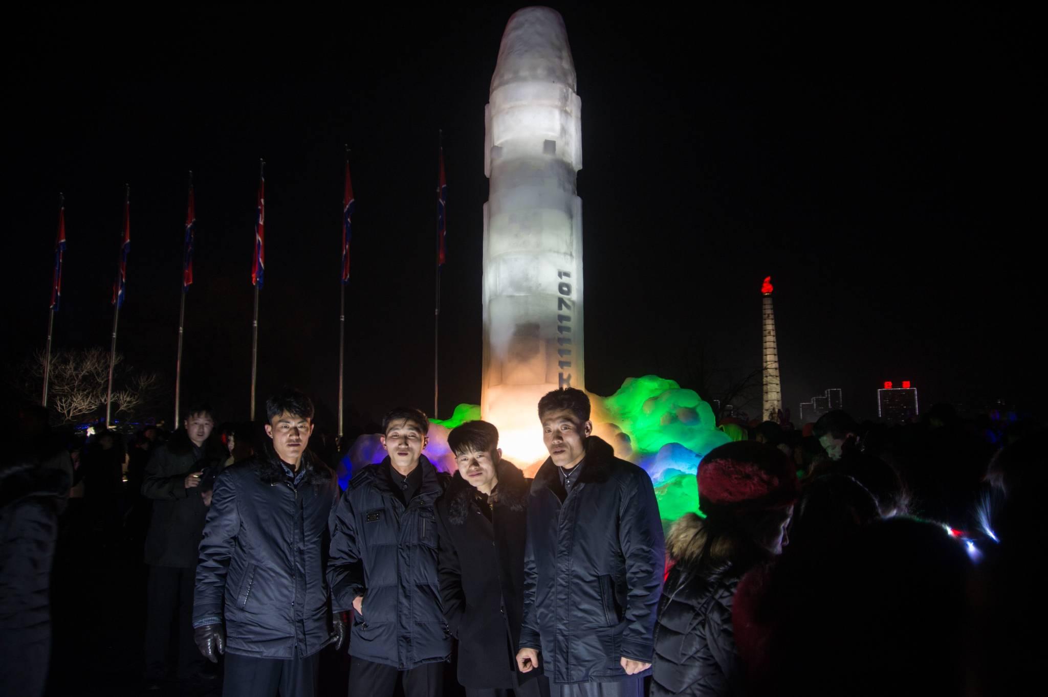 북한 주민들이 지난해 12월 31일 새해를 맞아 김일성광장에서 열리고 있는 평양 얼음조각 축제장을 방문해 얼음으로 조각된 대륙간탄도미사일(ICBM) 화성-15형 등을 관람하고 있다. [AFP=연합뉴스