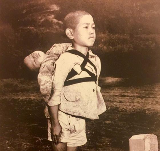 프란치스코 교황의 연하장에 실린 '원폭 소년' 사진. 1945년 일본 나가사키에서 촬영됐다. [교황청 제공=연합뉴스]
