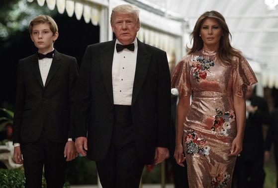 31일 미국 플로리다주에 있는 마라라고 리조트에서 열린 송년파티에 참가한 도널드 트럼프 대통령(가운데)와 그의 부인 멜라니아(오른쪽), 아들 배런. [AP=연합뉴스]