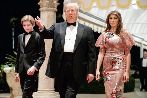 """도널드 트럼프 미국 대통령이 지난해 12월 31일 마러라고에서 열린 송년파티에 멜라니아 여사(오른쪽)와 함께 참석했다. 북한 김정은 위원장의 신년사에 대해서는 '지켜보겠다""""고 말했다. [AP=연합뉴스]"""
