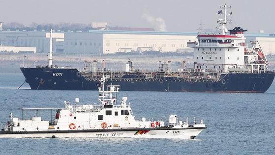 북한 선박 등에 정유제품을 넘겼다는 의심을 받고 억류돼 관련 기관의 조사를 받고 있는 파나마 선적의 유류운반선. [연합뉴스]