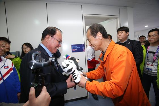 최문순 강원지사가 북한 선수단 문영성단장에게 평창겨울올림픽 마스코트인 수호랑 반다비를 전달하고 있다. [사진 강원도]