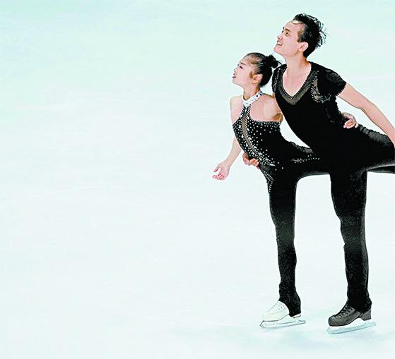 북한이 평창 겨울올림픽 참가를 결정할 경우 출전 가능성이 높은 선수들. 피겨 스케이팅 페어 종목의 염대옥-김주식 조. [AP=연합뉴스]