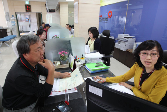 국민건강보험공단 지사에서 한 가입자가 상담을 받고 있다.[중앙포토]