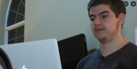 애플 '배터리 게이트'를 최초 고발한 17세 고등학생 타일러 바니(Tyler Barney). [사진 FOX17 방송화면 갈무리]