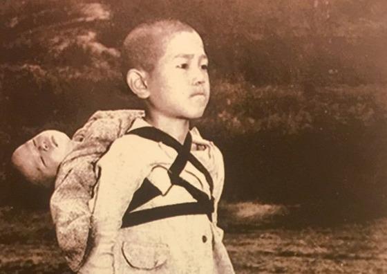 프란치스코 교황이 신년 연하장에 실은 나가사키 원폭 피해자의 사진. [사진 Joseph Roger O'Donnell]