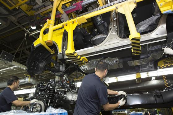 자동차 공장에서 직원들이 일하고 있는 모습. 사진은 본 기사와 관계없음. [중앙포토]