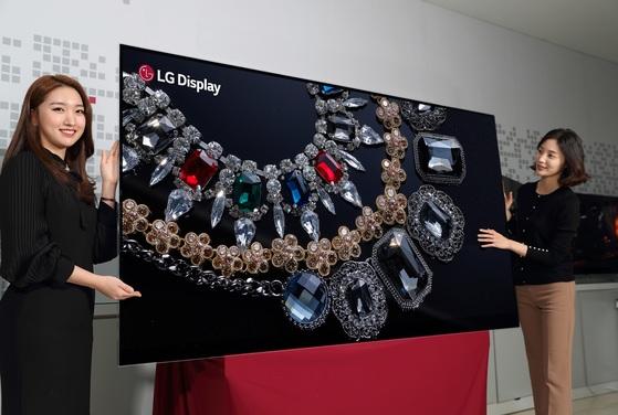 LG디스플레이가 세계 최초로 개발한 88인치 8K 올레드 디스플레이 제품. 올레드 디스플레이 가운데 크기와 해상도에서 세계 최고의 제품이다. LG디스플레이는 오는 9일 미국에서 열리는 소비자가전쇼 'CES 2018'에서 전용 부스를 열고 이 제품을 최초로 공개할 계획이다. [사진 LG디스플레이]