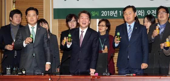국민의당 중앙당 시무식이 2일 국회 의원회관에서 열렸다. 이날 건배는 음료로 했다. 안철수 대표와 김관영 사무총장이 음료수를 들고 건배사 하고있다. 강정현 기자