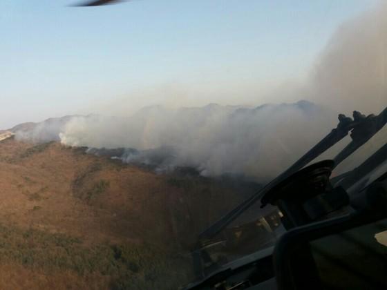 지난 1일 부산 기장군 삼각산에서 발생한 산불이 17시간째 이어지고 있다. 2일 오후 3시 현재 80% 진화된 상태다. [사진 부산소방본부]