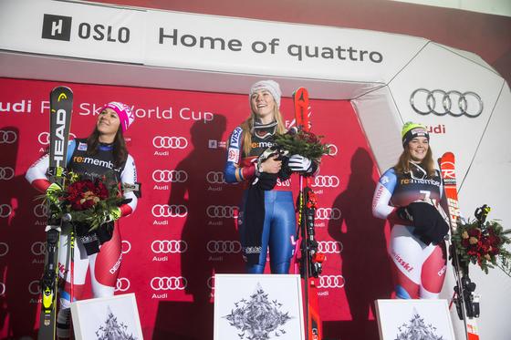 노르웨이 오슬로에서 열린 FIS 월드컵 여자 평행 회전에서 우승하며 월드컵 통산 37승을 거둔 시프린(가운데)이 경기 후 시상대에서 환히 웃고 있다. [AP=연합뉴스]