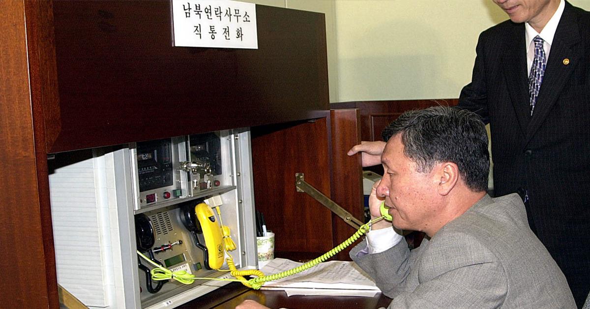 지난 2000년 우리 측 연락관이 남북연락관 직통전화로 북한 연락관과 전화통화를 하는 모습. [연합뉴스]