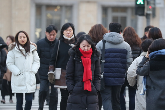 새해 첫 출근길에 나선 시민들이 2일 오전 서울 광화문사거리를 건너고 있다.최승식 기자