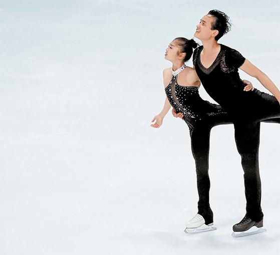 북한 피겨 페어 염대옥(왼쪽)·김주식조가 지난해 9월 29일 국제빙상경기연맹(ISU) 네벨혼 트로피 대회에서 6위에 오르면서 평창올림픽 티켓을 확보했다. [AP]