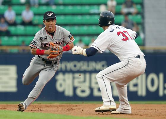 한화 2루수 정근우(왼쪽). 연합뉴스