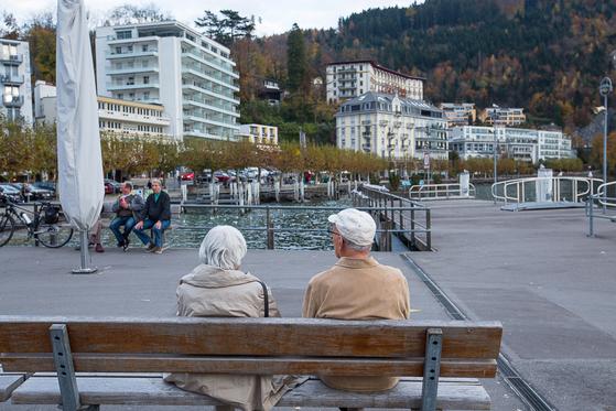 호숫가 공원에서 다정하게 이야기를 나누고 있는 스위스 노부부. 삶의 노년을 여유있고 품위있게 보내는 모습이 보기 좋다. [사진 장채일]