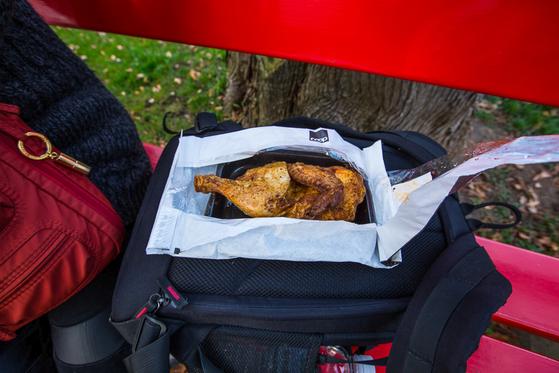점식식사용으로 통닭 반 마리를 사들고 나와 인근 공원 벤치에 펼쳐 놓았다. [사진 장채일]