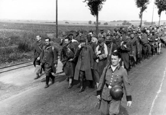 1940년 6월 항복한 프랑스군. 히틀러는 1944년의 전선의 모습이 그때와 비슷하다고 보고 터무니없는 공세를 명했다. 그러나 독일에서 히틀러의 오판을 저지할 이가 없었다. [fr.wikipedia.org]
