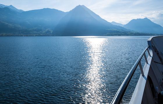 루체른 호수의 잔잔한 수면. 호수의 물은 거울처럼 맑고 깨끗하다. [사진 장채일]