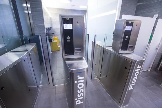 루체른의 공중 화장실 입구. 우리나라 돈 2600원에 해당하는 2유로를 내야만 들어갈 수 있다. [사진 장채일]