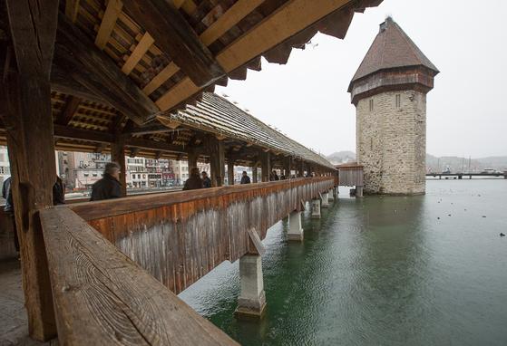 세계에서 가장 오래된 목조 다리인 카펠 교. 14세기에 지어진 200m 길이의 이 다리는 한 때 화재로 소실되었지만 복원되었다. 다리 중간에 있는 팔각형 타워는 예전에 등대나 감옥으로 사용됐다고 한다. [사진 장채일]