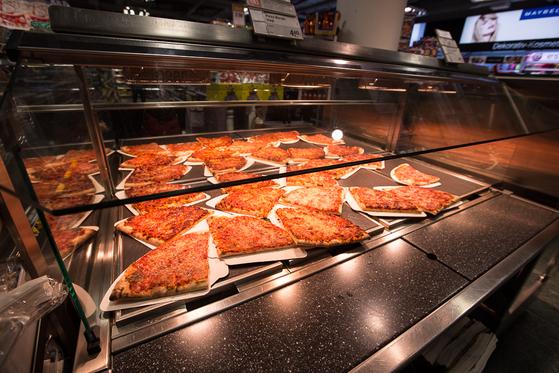 스위스 곳곳에 있는 쿱(Coop)이라는 식품 마켓에서 간편한 먹을거리를 비교적 합당한 가격에 살 수 있었다. [사진 장채일]
