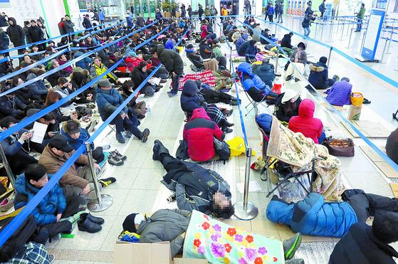 2017년 설 연휴 열차 승차권 예매가 시작된 1월 10일 서울역에서 시민들이 판매 창구가 열리기를 기다리고 있다. [중앙포토]