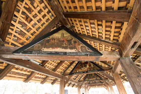 다리 지붕 아래에는 스위스 역사를 새긴 목각 작품들이 걸려있다. [사진 장채일]