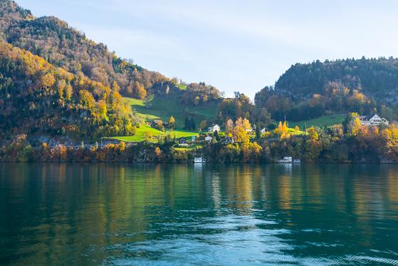 유람선을 타고 둘러본 호숫가 마을 전경. [사진 장채일]