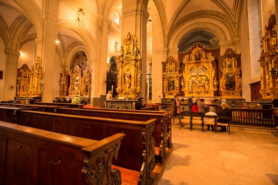 루체른 대성당 내부. 정교하고 아름다운 조각 작품들이 내부벽면을 장식하고 있다. [사진 장채일]