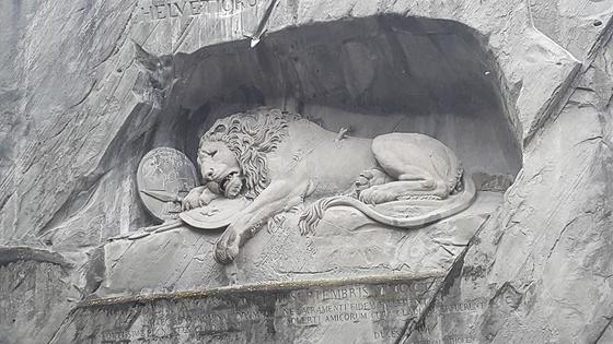 '빈사의 사자상' 프랑스 혁명 당시 자신들을 고용한 프랑스 왕가를 지키다 전사한 786명의 스위스 용병을 기리기 위해 세운 기념비이다. 사자상 아래에는 당시 목숨을 바친 스위스 용병의 이름이 모두 새겨져 있다. [사진 장채일]