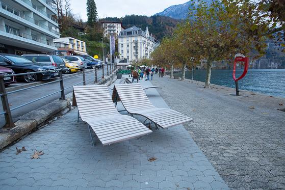 호숫가 공원에 설치된 선탠용 의자. 공공시설 하나에도 시민들을 위한 다양하고 세심한 배려가 돋보인다. [사진 장채일]