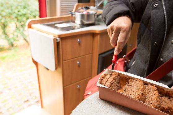 스위스의 높은 물가 때문에 아침식사는 캠핑카 안에서 미리 사 놓은 빵으로 든든히 때우기로 했다. [사진 장채일]